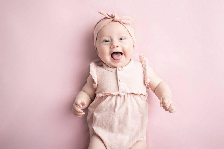 Lachendes Baby bei einem Meilenstein Fotoshooting von Siebenschön Photography in der Nähe von Ahlen