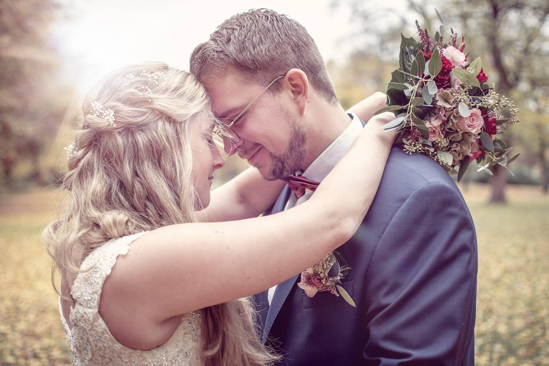 Stirn an Stirn - emotionales Hochzeitsshooting in der Nähe von Oelde fotografiert von Siebenschön Photography