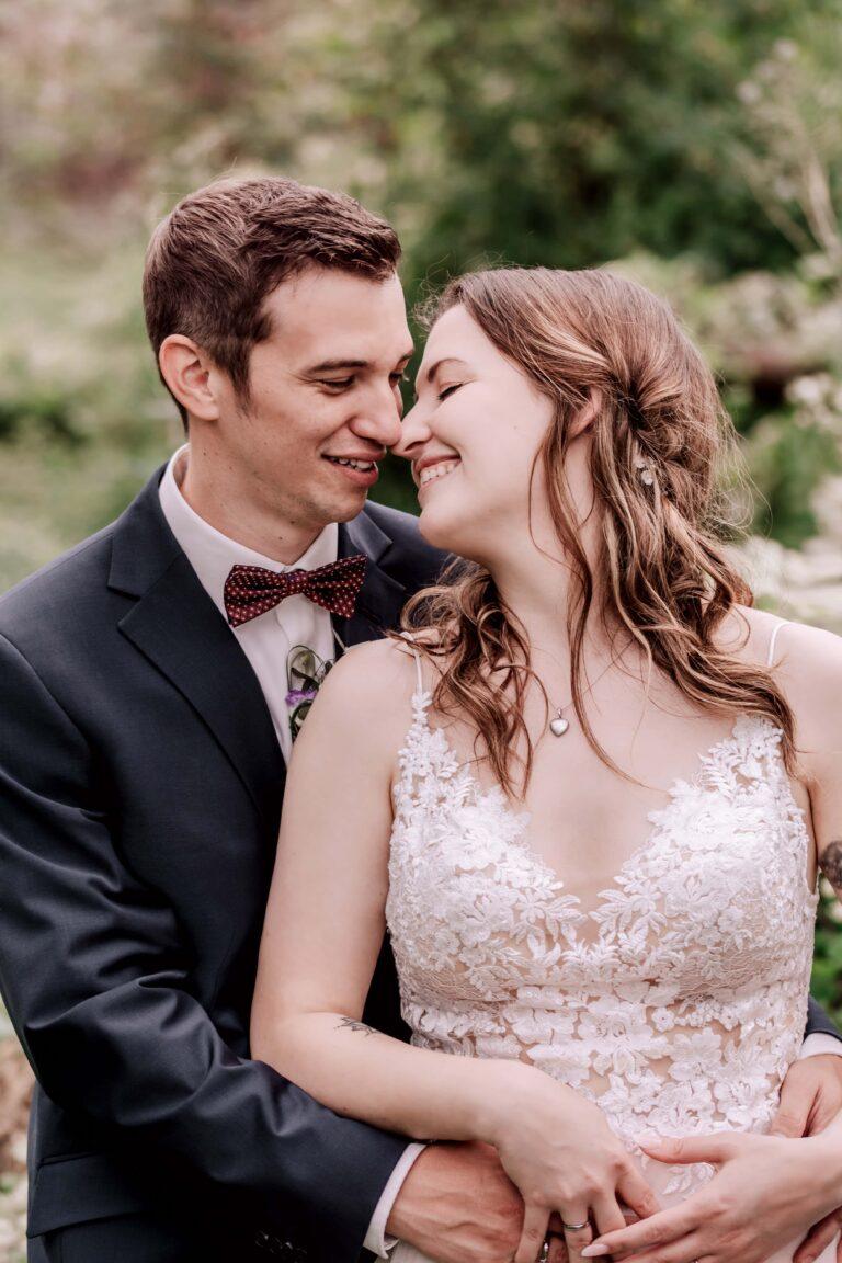 Brautpaarshooting in Bielefeld - liebevolle Blicke fotografiert von Siebenschön Photography