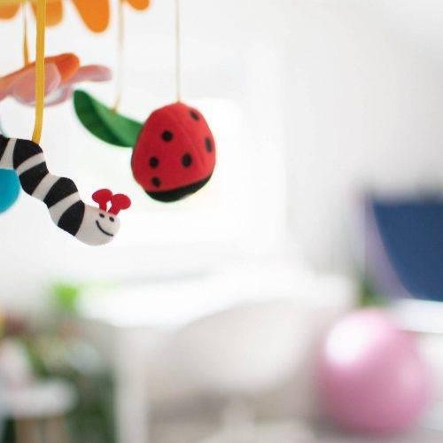 Spielzeug über dem Wickeltisch - Liebe zum Detail im Studio Siebenschön Photography in der Nähe von Hamm