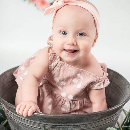 Glückliches Baby in einer Zinkwanne beim Shooting mit Siebenschön Photography in der Nähe von Rheda-Wiedenbrück