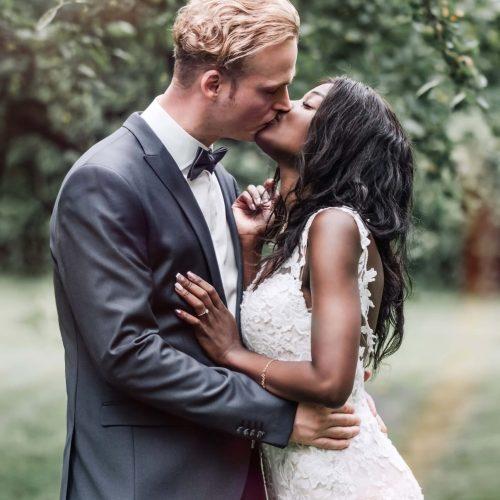 Brautpaar unter einem Apfelbaum in Oelde - Brautpaar Shooting mit Siebenschön Photography