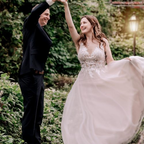 Tanzendes Brautpaar in einem alten Gewächshaus - Hochzeitsfotografie in Oelde - Siebenschön Photography