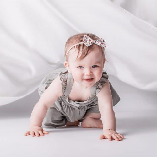 Fliegende Stoffe bei Babyfotoshooting - Siebenschön Photography im Münsterland