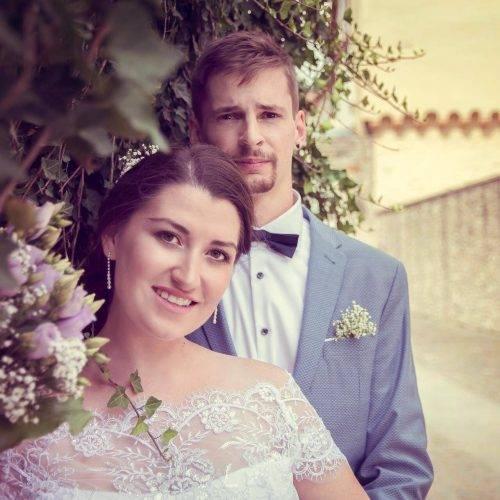 Brautpaarfotos an einer Efeuranke vor einem Schloss in der Nähe von Gütersloh fotografiert von Siebenschön Photography