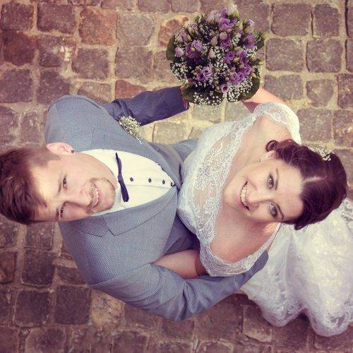 Brautpaar bei Fotoshooting von oben fotografiert - Siebenschön Photography in Beckum