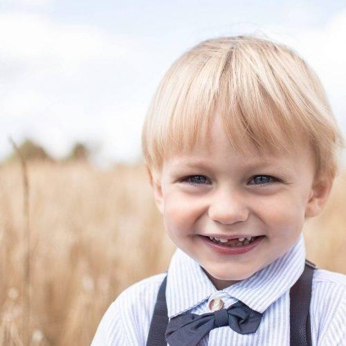 Portrait eines kleinen Jungen im Kornfeld - Kindershooting von Siebenschön Photography in der Nähe von Ahlen