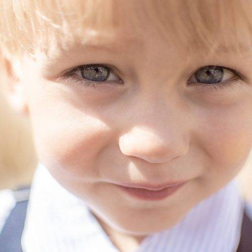 Kinderfotografie - intensiver Blick eines Kindes bei einem Shooting von Siebenschön Photography in Beckum
