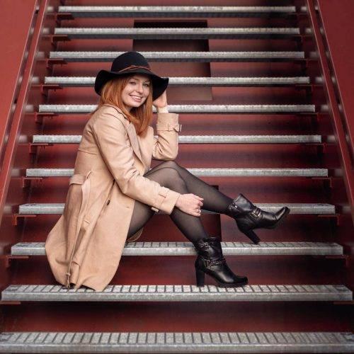 Portraitshooting auf einer Treppe in Hamm fotografiert von Siebenschön Photography