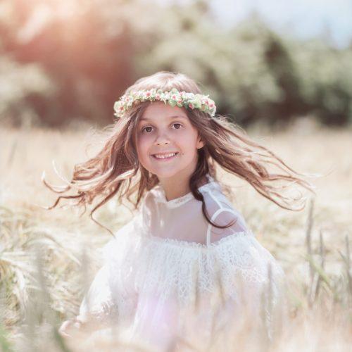 Tanzendes Mädchen im Getreidefeld - Kinder Fotoshooting mit Siebenschön Photography in Ahlen